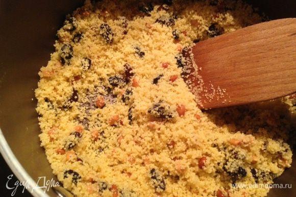 Далее добавить кускус и готовить еще 1 мин. Добавить шпинат и оставшийся рас эль ханут, влить бульон, накрыть крышкой, снять с огня и оставить кускус впитывать бульон.