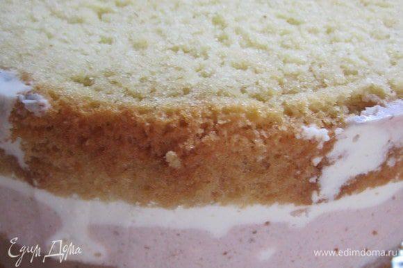 В раземную форму выложить корж бисквита, вылить первый слой суфле (охладить 10-15 минут в холодильнике), затем второй (охладить), третий, накрыть вторым коржом бисквита.