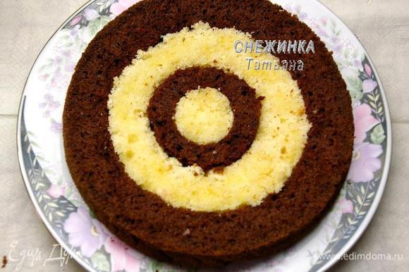 На блюдо для торта кладём один разноцветный корж. Тёмные части немного пропитываем алкогольной пропиткой, светлые – лимонным сиропом.