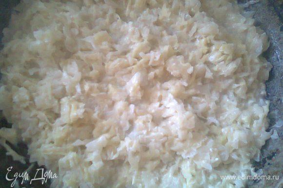 Нашинковать капусту. На сковороду налить раст. масло и выложить капусту, обжарить в течение 2-3 минут, затем влить молоко и тушить до готовности.