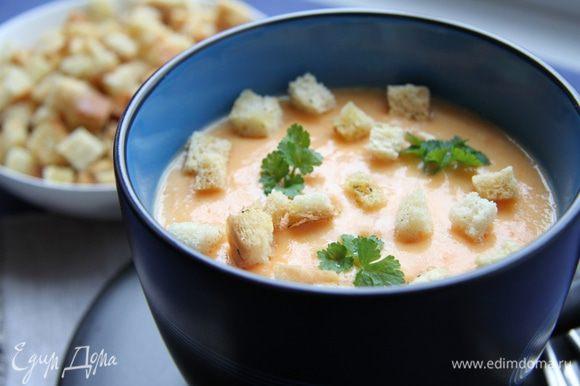 Разлейте по тарелкам, украсьте петрушкой. Подавайте суп горячим с гренками из белого хлеба.