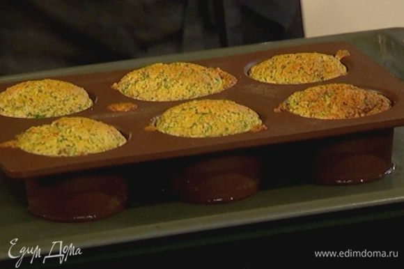Отправить противень с суфле в разогретую духовку на 12–15 минут.