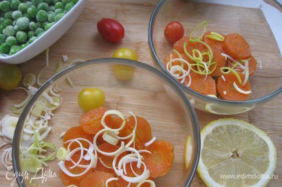 Аккуратно вынуть крылья, бульон процедить. На дно порционной посуды положить оливки, затем морковь и несколько колечек лука.