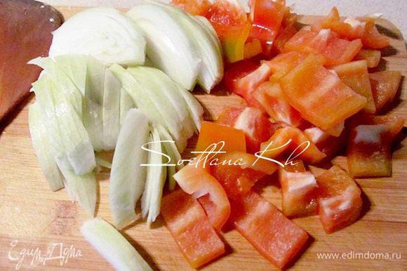 Лук и перец нарезать крупными ломтями. Это по желанию, просто мы любим овощи крупно нарезать.