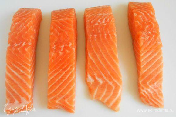 Рыбу помыть и обсушить бумажным полотенцем. (Если вы купили филе с чешуёй, помните, что снять кожу с рыбы проще и быстрее, чем почистить.)