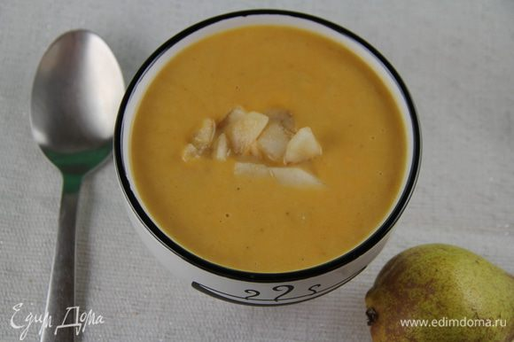 Перчим по вкусу. При необходимости немного прогреваем суп. И подаем, украсив по желанию кубиками груши (сырыми или можно их припустить в сливочном масле). Приятного аппетита)