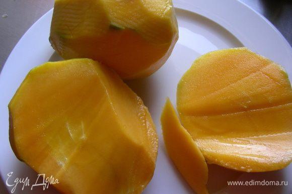 У меня было 2 больших сочных манго. Половину манго оставляем для подачи, а из остальных делаем пюре (при полной порции 1 манго для украшения и 3 для пюре).