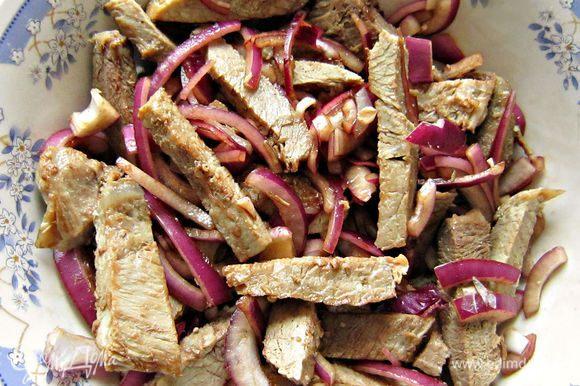 Мясо порезать на небольшие брусочки, добавить к луку, перемешать и дать постоять.
