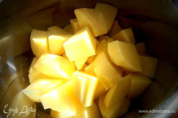 Для быстроты нарезаем на кусочки и опять же для быстроты заливаем кипятком (чайник поставили, когда чистили картошку!) и варим до готовности минут 15.