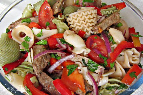 В салатнике смешать приготовленную пасту, мясо, лук, помидоры, перец, каперсы, зелень. Добавить по вкусу соль, перец, оставшуюся 1 ст л оливкового масла и перемешать. Приятного аппетита!