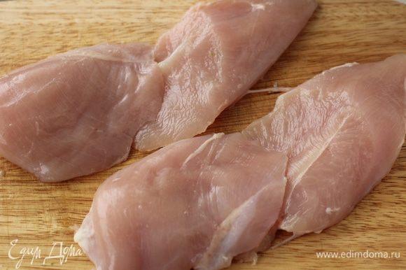 Куриное филе разрезать на 2 части наискосок.