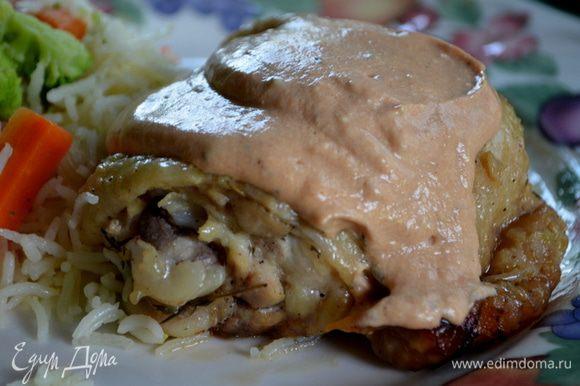 Подаем готовые куриные бедрышки с соусом. Приятного аппетита.