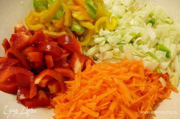 Репчатый лук нарезать кубиком, болгарский перец соломкой,морковь натереть на крупной терке,картофель нарезать дольками.Я еще добавила замороженные с осени печеные баклажаны.Вы можете добавить свежие.Их надо заранее нарезать и слегка присолить,что бы вышла горечь и они немного обмякли.