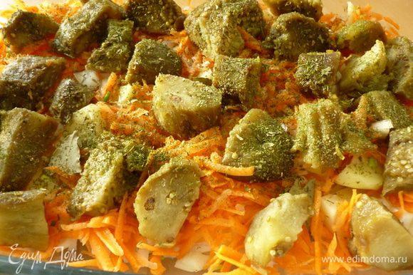 Для запекания я всегда пользуюсь стеклянной формой.На дно налить растительное масло.Выкладываем слой картофеля,затем лук и морковь,слегка посолить и поперчить,затем слой баклажан.