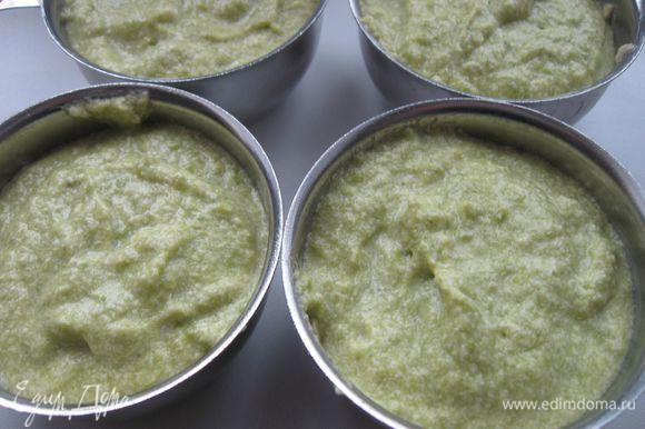 Разложить по порционным формочкам, обмазанным сливочным маслом, поставить на водяную баню на 30 мин. Формочки не должны быть заполнены до краев, т.к. масса будет подниматься, затем опустится.
