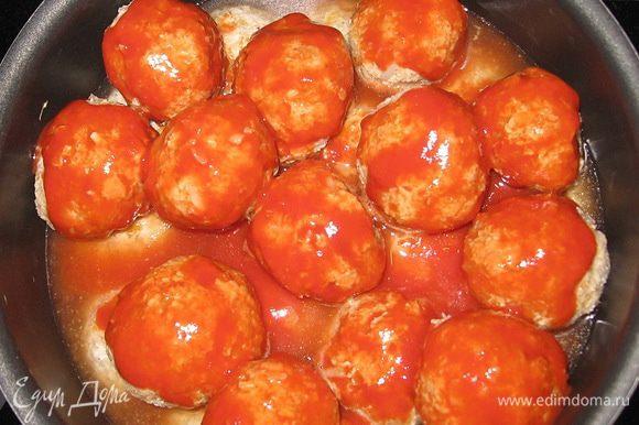 В 0,5 л бульона развести томатную пасту. Залить тефтели добавить соль и перец.Тушить на слабом огне под крышкой 20 минут.