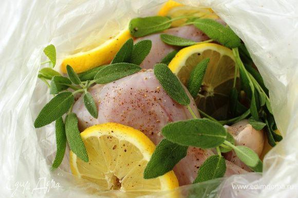Кролика помыть, натереть смесью соли и перца, сложить в полиэтиленовый пакет, добавить порезанный колечками лимон и веточки шалфея, залить вином. Завязать пакет и замариновать в течение 2-х часов.