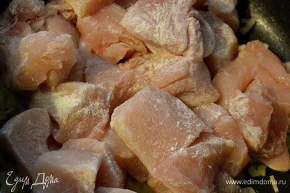 Нашинковать половинку лука и положить обжариваться в сковороду с небольшим количеством оливкового масла. Через пару минут добавить к луку присыпанные слегка мукой кусочки курицы.