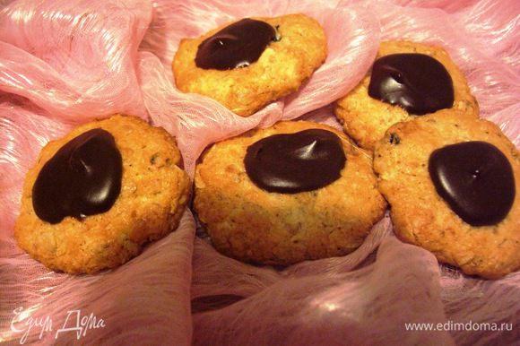 …но, если вы не поленитесь потратить еще несколько минут, растворите плитку черного шоколада и им украсите печенье,то оно станет еще вкуснеe и может быть даже и праздничным:) ПРИЯТНОГО!