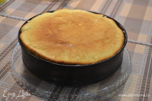 7.Накрыть последним бисквитом. Немного придавить торт. Снять кольцо формы.