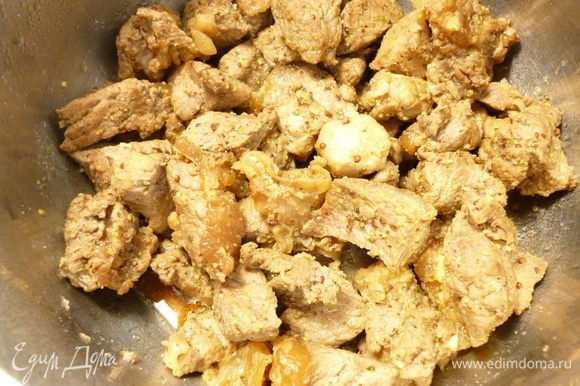Замариновавшееся мясо быстро обжарить на сильном огне в сковороде на растительном масле до слегка золотистого цвета,убрать в отдельную кастрюльку,накрыть крышкой.