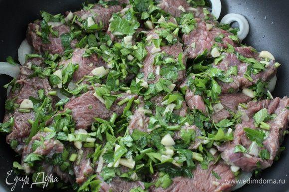 На лук выложить мясо с петрушкой.