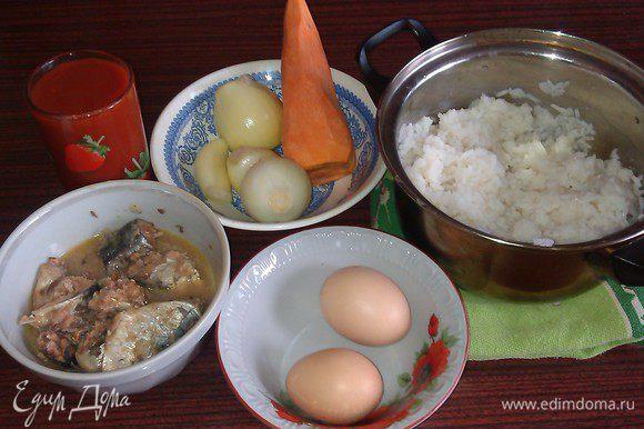 Подготавливаем ингредиенты: отвариваем рис, даем остыть, чистим лучок, морковку.