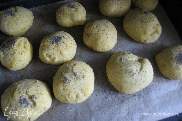 Разделить на небольшие кусочки, сформировать круглые булочки руками смазанными растительным маслом.Уложить на противень и оставить на расстойку. 20-30 минут. Смазать оливковым маслом и по желанию присыпать маком или кунжутом.