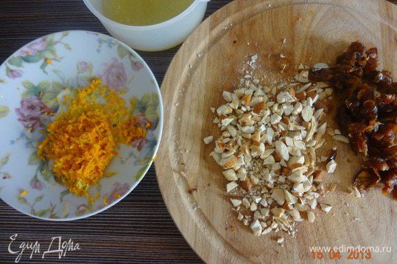 Натереть цедру апельсина и лимона на мелкой терке, выжать сок из половины лимона, финики мелко порезать, орехи порубить ножом.