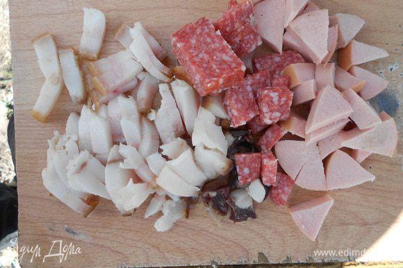Нарезаем сало и колбасы кубиками
