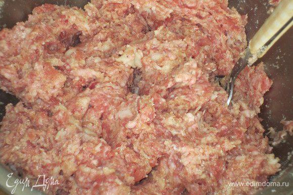 К фаршу добавить пармезан, яйца, хорошо отжатую булочку, перец, соль, панировочные сухари и всё тщательно перемешать.