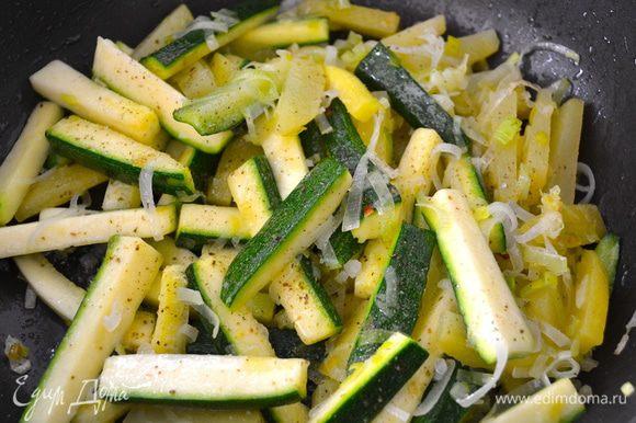 Посолить и поперчить по вкусу овощи. Они не должны зажариться, но хорошо потушиться.