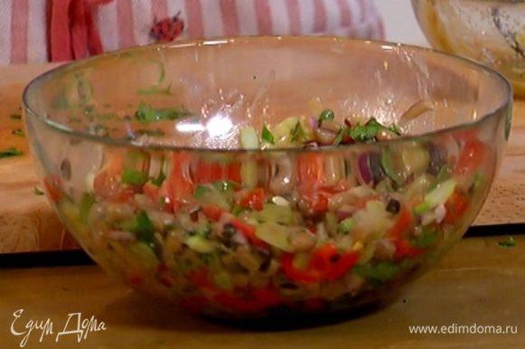 Полить салат горчичной заправкой, если нужно — посолить и поперчить.