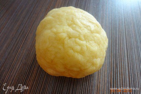 Руками растереть муку с маслом в крошку и постепенно вливать разведенный лимонный сок, у меня ушло примерно 70 мл. жидкости. Замесить гладкое тесто. Накрыть бумажным полотенцем, чтобы тесто не сохло.