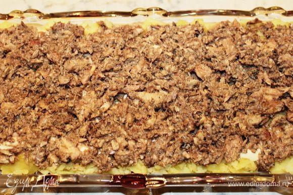 Второй слой - лук, мелко порезанный, и сайра, измельченная вилкой