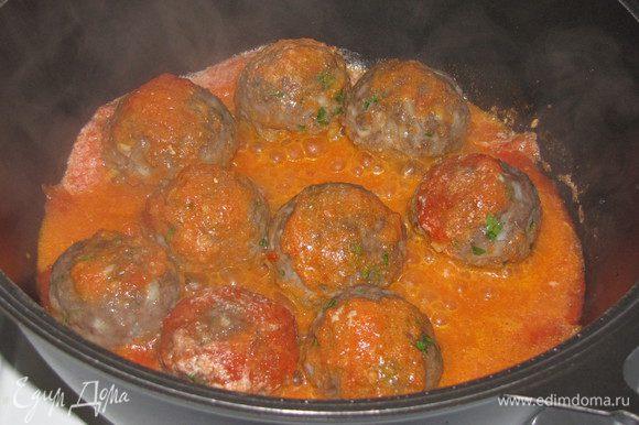 Осторожно опускаем шарики в томатный соус и тушим еще 20 минут до готовности.