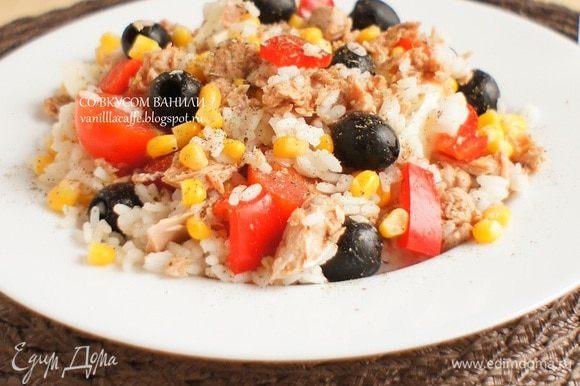 Салат положить на порционные тарелки. По желанию поперчить. И полить заправкой. (2-3 ст.ложки на порцию, на ваш вкус)