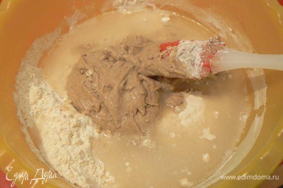 Влейте воду и масло в миску с мукой,выложите закваску и вымесите тесто.