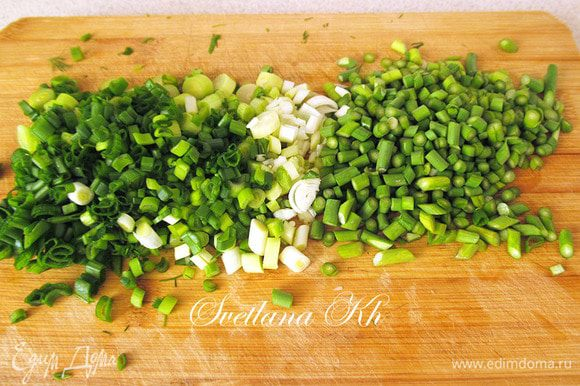 Зеленый лук, стрелки чеснока мелко порубить.