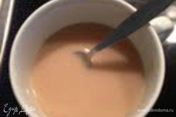 Воду соединить с молоком и развести дрожжи.