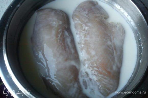 Куриное филе замочить в молоке на 2 часа