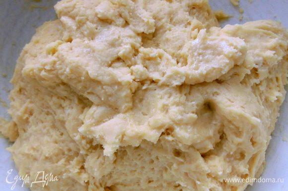 В большой миске смешать опару, яичную массу, растертое масло, оставшуюся муку и соль. Замесить тесто. Оно будет немного липнуть к рукам, то так и должно быть! Поставить его в теплое место. Во время брожения нужно сделать несколько обминок. Я делала 2.
