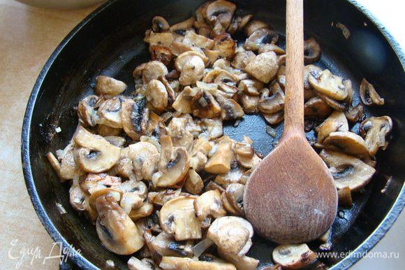 Грибы и лук мелко нарезать, обжарить на растительном масле