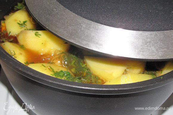 Влейте два стакана кипяченой подсоленой воды. Плотно закройте казан крышкой. Уменьшите огонь до минимума и томите 1,5 часа.