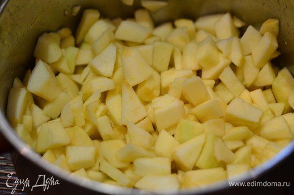 Теперь займемся начинкой. Яблоки очистить от кожуры и мелко порезать на небольшие кубики.Отправить в кастрюлю.