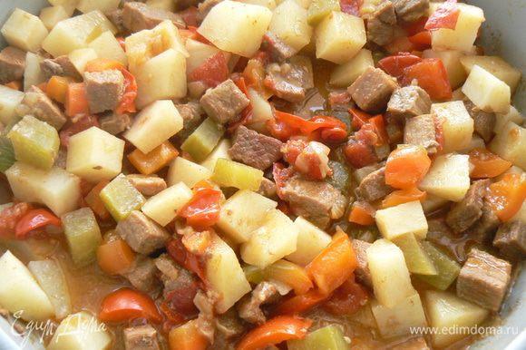 Картофель нарезать на кубики и добавить в сковороду,томатную пасту добавить когда картофель почти готов