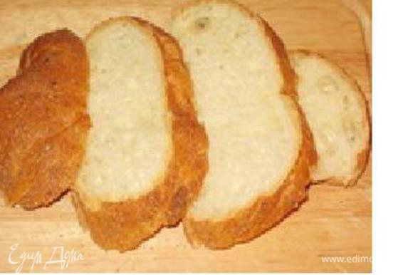 Нарезать ломтиками хлеб, срезать корки, придать форму прямоугольников. В смазанную сливочным маслом форму вылить половину крема, в него утопить хлеб, залить оставшемся кремом, дать настояться мин 5.