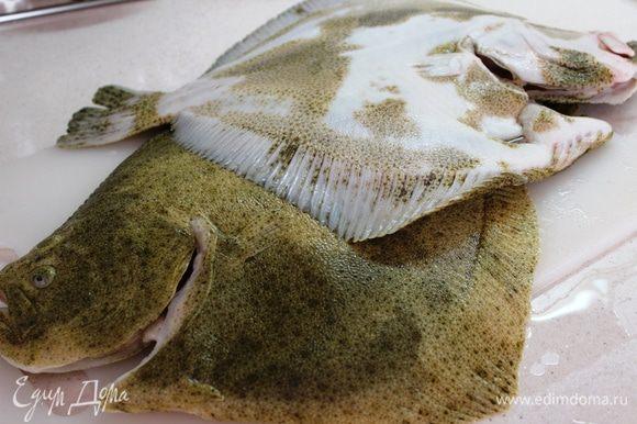 Смазать рыбу растительным маслом, присыпать солью и смесью прованских трав...в брюшко насыпать обязательно)))