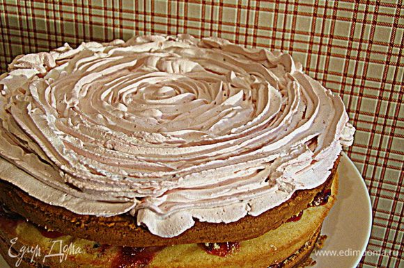 Холодные сливки (растительные, в моем случае) взбиваем, добавляем оставшееся фруктовое желе, еще немного взбиваем и покрываем торт. Приятного аппетита!