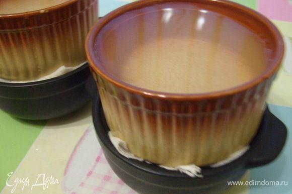 Закрыть массу марлей, сверху положить маленькое блюдце или картонку, а на него груз (у меня форма с водой). Поставить в холодильник охлаждаться на 14-18 часов. Если готовить в большой форме, то время для охлаждения нужно увеличить до суток. Перед подачей формочку перевернуть, освободить десерт от марли и подавать к столу!